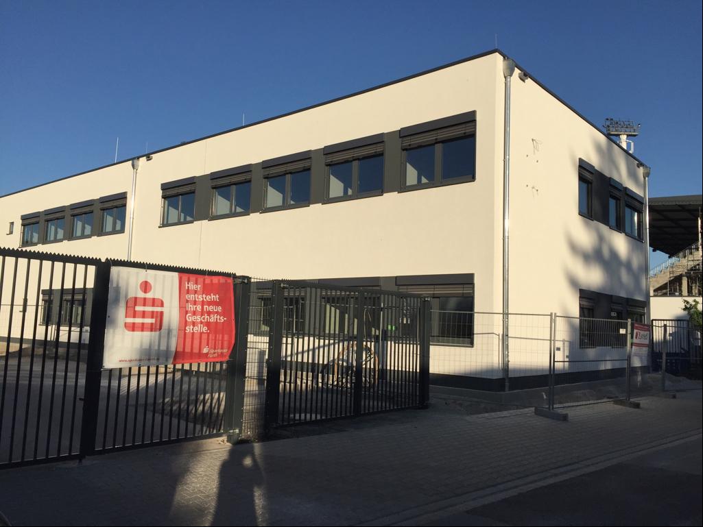 Mit der neuen Geschäftsstelle im Ronhof eröffnet die Sparkasse Fürth ihre modernste Geschäftsstelle. Ein Gespräch mit Melanie Glück, Leiterin des Marktbereichs Nord.