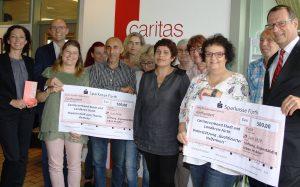 """Sparkassen-Stiftung """"Eigenständig leben im Alter"""" überreicht zwei Spenden an den Caritasverband"""