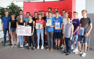 Viele Preise für Schüler/-innen des Hardenberg- und des Helene-Lange-Gymnasiums gab es bei der Feierstunde für die Teilnehmer/-innen der beiden Schulen am Landeswettbewerb (LWB) und am Bundeswettbewerb Mathematik (BWM).