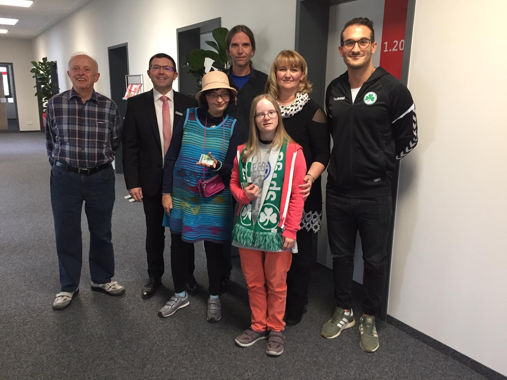 Arnold Ruis spendete seinen Hauptpreis, den er zum Jubiläum der Geschäftsstelle Stadion der Sparkasse Fürth gewonnen hat, den Dambacher Werkstätten.
